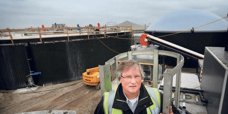 Wim Vrieling van Biogas Leeuwarden bij de mestvergister in aanbouw die de Leeuwarder wijk Techum gaat voorzien van warm water. FOTO CATRINUS VAN DER VEEN